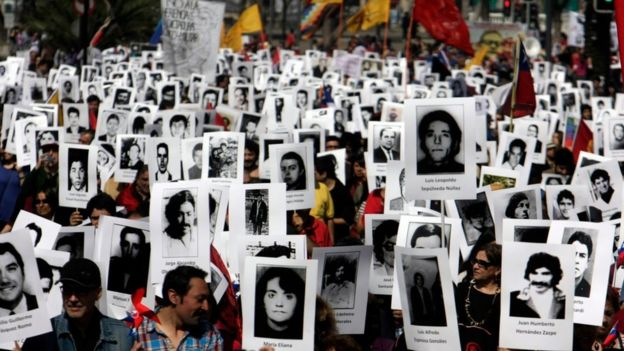 Manifestação em Santiago em 8 de setembro de 2013, de pessoas que buscam parentes desaparecidos durantea era Pinochet