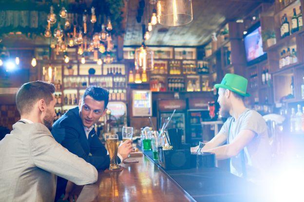 Homens conversando em um pub