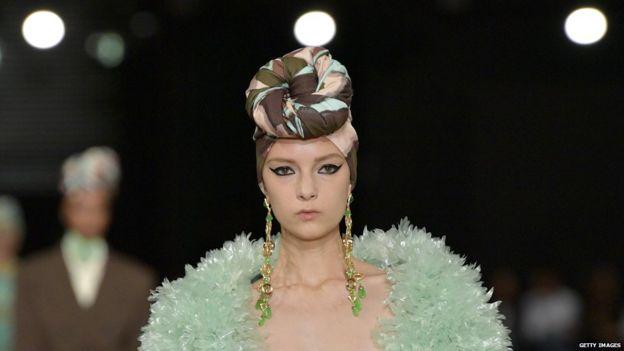 Marc Jacobs'un defilesinde saç bandı takan bir model