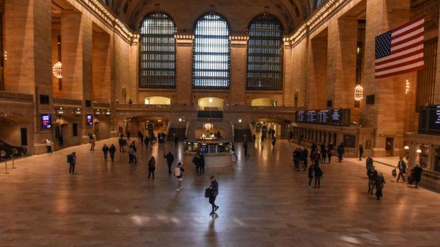 Koronavirüs korkusu nedeniyle New York'un genelde kalabalık olan tren istasyonu da sakin.