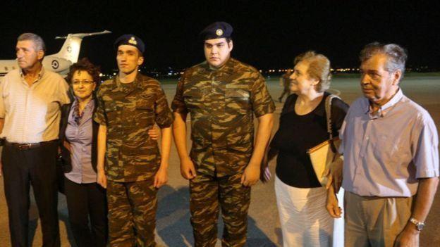 Yunan askerleri Dimitris Kouklatzis ve Aggelos Mitretodis