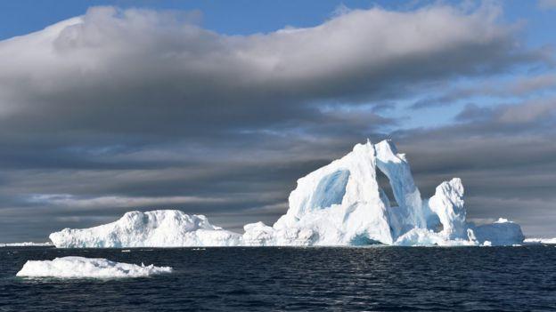 Iceberg flutuando no mar