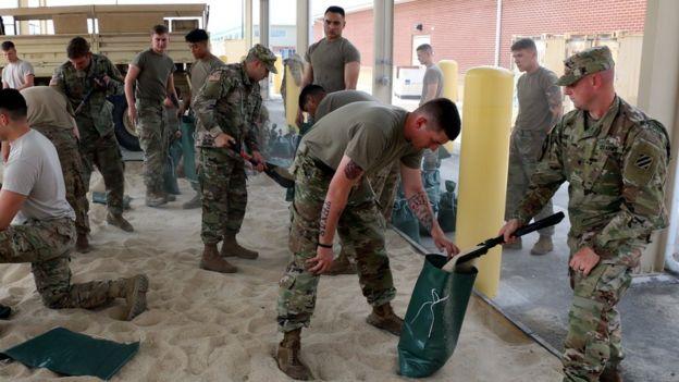 Soldados del ejército de EE.UU. en preparativos de cara a la llegada del huracán Irma.