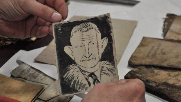 Шарж на головнокомандувача УПА Романа Шухевича намалювали повстанці. Зобразили його із великими вухами та маленькими очима. У молочних бідонах часто знаходять малюнки та щоденники, листи, співанки, вірші повстанців.