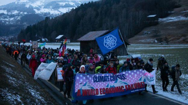 راهپیمایی معترضان به تغییرات اقلیمی در سوئیس در راه داووس