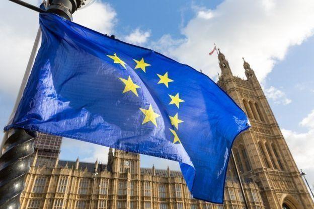 علم الاتحاد الأوروبي يرفرف أمام مجلس العموم