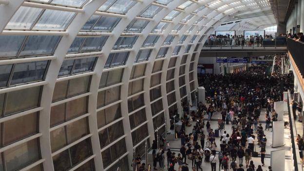 受公众集会影响,香港机场客运大楼十分拥挤