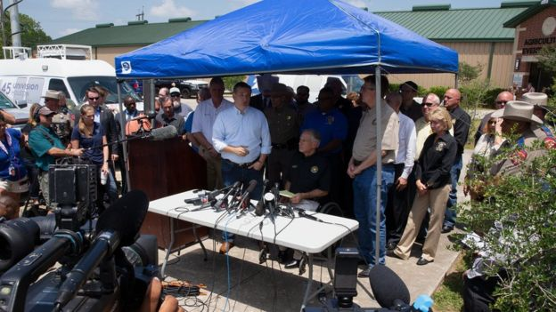 Coletiva de imprensa de governador do Texas e chefe de polícia