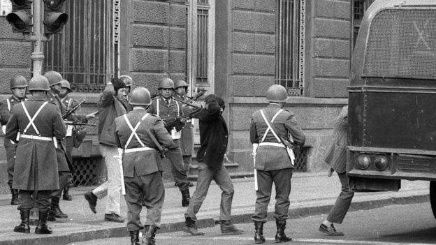 Soldados golpistas arrestan a guardaespaldas de Allende