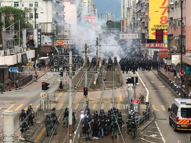 警方释放催泪弹
