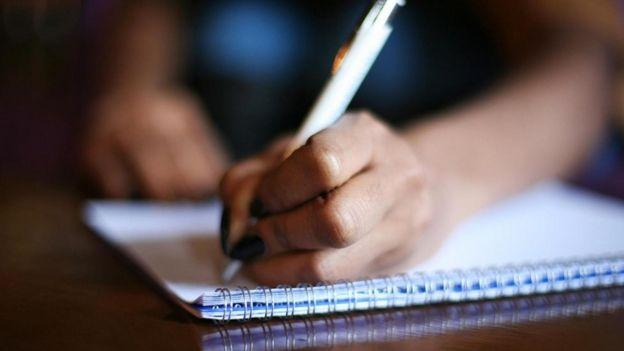Una persona escribiendo a mano