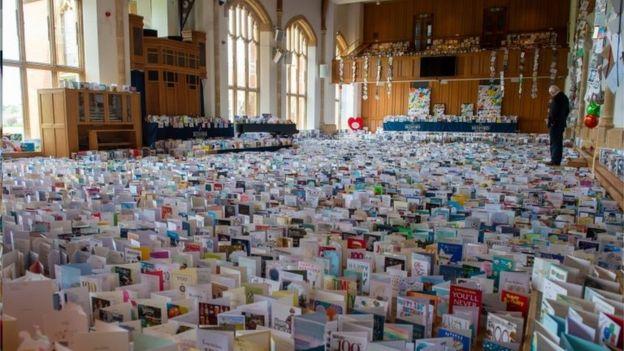 汤姆上尉收到了来自世界各地的生日贺卡12万多张,摆放在他孙子就读中学的礼堂里。