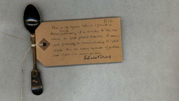 Colher de chá com bilhete da mãe de Alan Turing