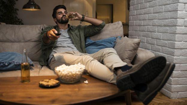 Un hombre viendo televisión