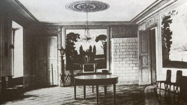 Їдальня палацу. Праворуч на стіні фрагмент фрески Неаполя з Везувієм. 1914