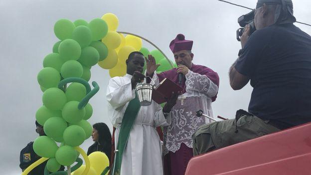 El obispo de Buenaventura subido a un camión de bomberos