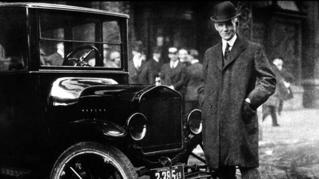 Henry Ford posando con su Modelo T, foto de archivo