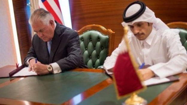 Rex Tillerson, secretario de Estado de Estados Unidos, y el canciller de Qatar, Sheik Mohammed bin Abdulrahman al Thani