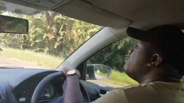 O sul-africano conta que sempre canta árias para seus passageiros