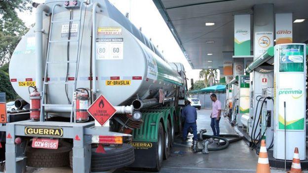 Caminhão-pipa abastece posto em Brasília