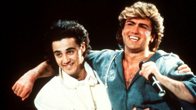 George Michael junto a Andrew Ridgeley, su compañero en el duo Wham! en uno de sus conciertos