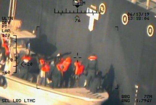 """تصویری از """"حضور قایق سپاه پاسداران ایران در کنار نفتکش"""" کوکوکا کوریجس که ارتش آمریکا منتشر کرده"""