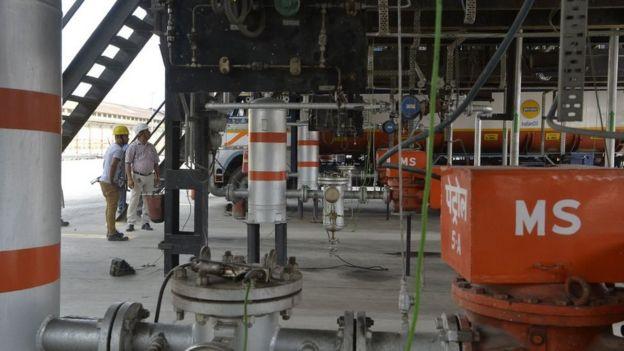 Estação de distribuição de petróleo na Índia
