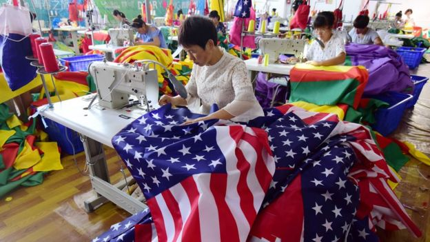 Một công nhân Trung Quốc may cờ Mỹ trong một nhà máy ở tỉnh An Huy.