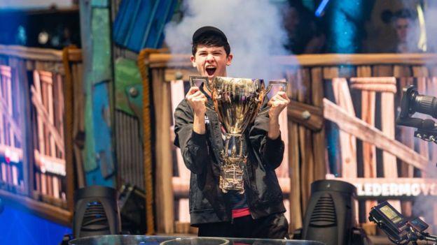 Kyle 'Bugha' Giersdorf con su trofeo