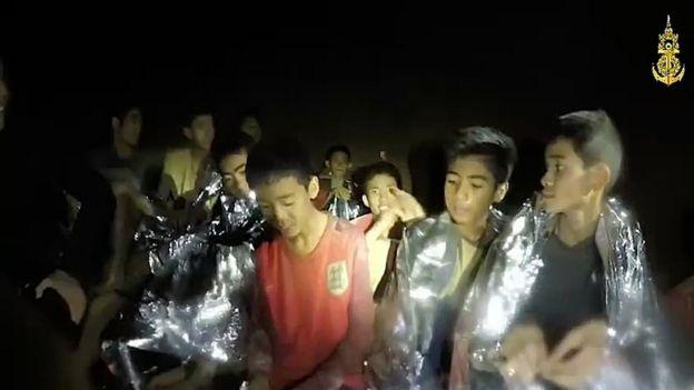 Imagem dos meninos tailandeses quando foram encontrados por mergulhadores