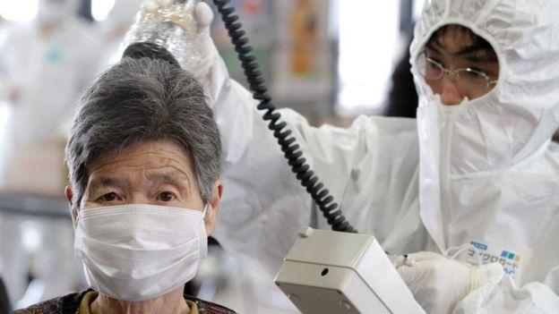 trabalhadores medindo radioatividade