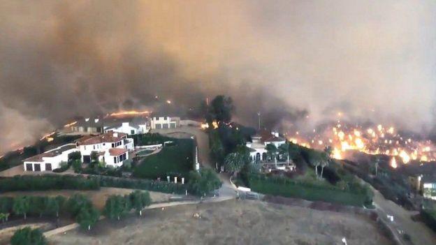 Colina en Malibú rodeada por el fuego.