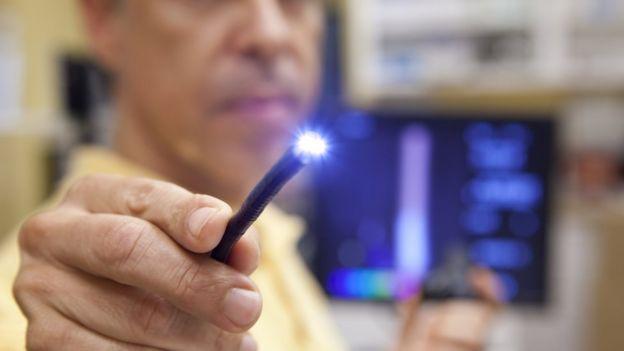 طبيب يختبر مصدر ضوء في منظار