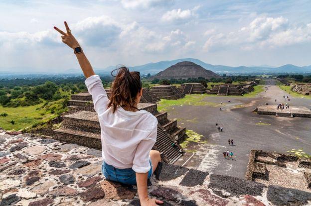 Mujer en las pirámides de México.