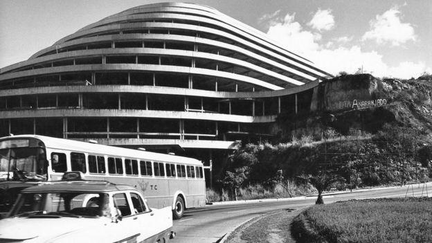El Helicoide en la época de su construcción visto desde abajo.