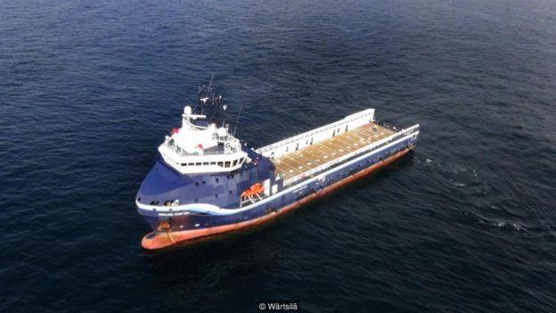 Đây là những gì giống như một con tàu chở hàng được điều khiển từ xa bởi con người cách nửa vòng trái đất. Một mức độ nhất định về tự động hóa có thể cắt giảm chi phí đội ngũ thủy thủ.