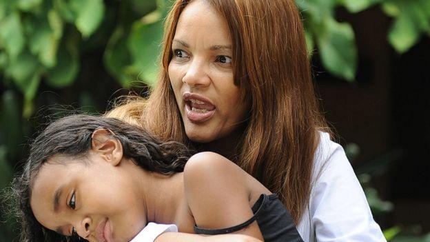 Flordelis dos Santos con una de sus hijas adoptivas