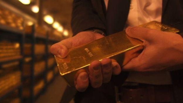 Золотой слиток в хранилище Банка Англии