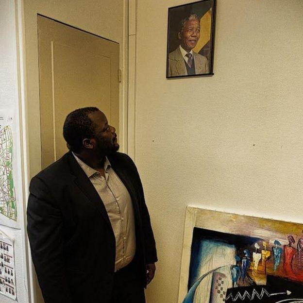 Mohamed Gassama, adjoint au maire du 20eme arrondissement devant son modèle politique