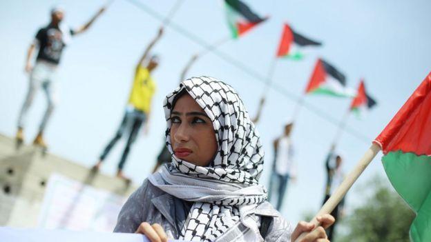 Mujer con la bandera de Palestina