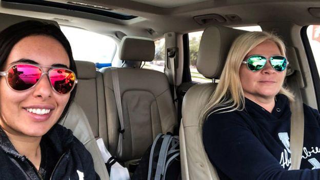 Latifa tira selfie dela e Tiina em um carro - a primeira fase da tentativa de fuga