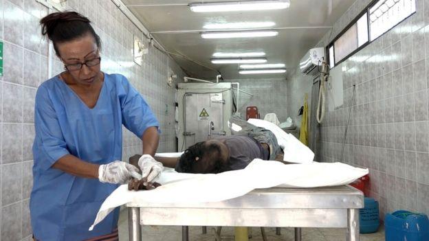 Sonia Bermúdez preparando el cadáver de Eduardo Sánchez.