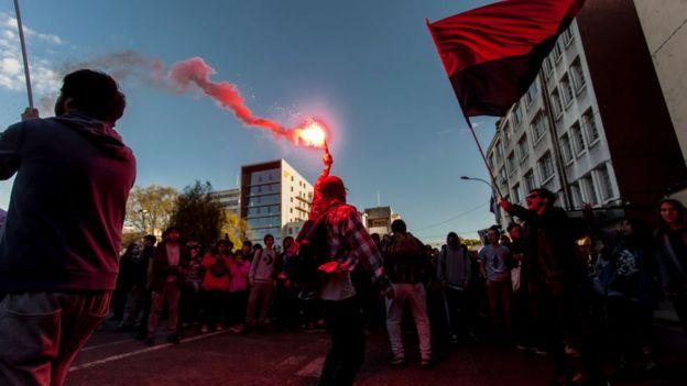 Manifestantes cerca del anochecer