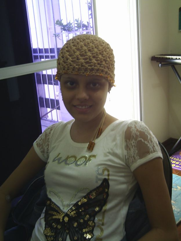 Marina Aguiar, usando uma touca, na época em que tratava a leucemia