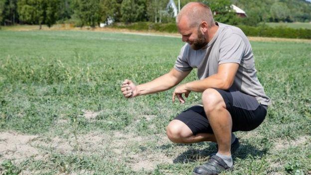 Un hombre en Noruega con un puño de tierra