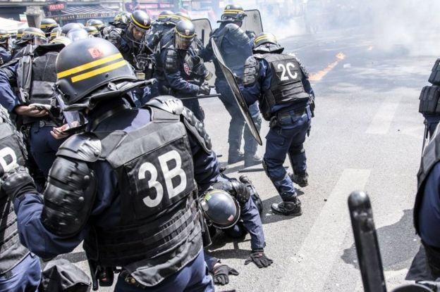 درگیری پلیس با تظاهرکنندگان در روز جهانی کارگر در پاریس
