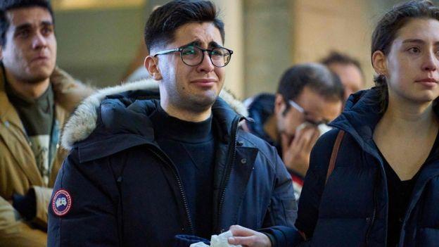 شاب يبكي حزنا على الضحايا