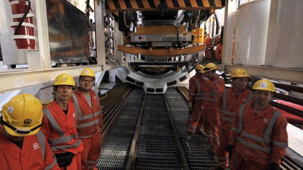 Obreros chinos construyendo el Metro de Tel Aviv.