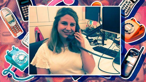 Natalie usando un teléfono fijo