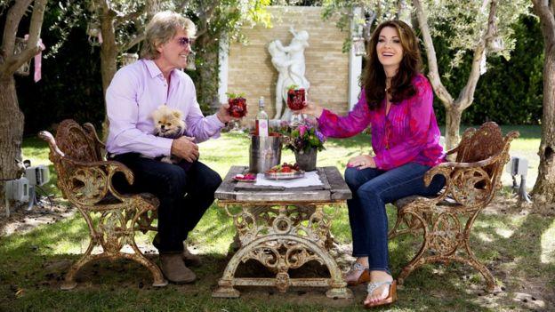 Lisa Vanderpump y Ken Todd brindando.